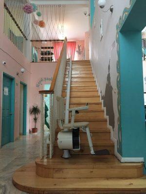 Elevator de scări pentru persoane cu dizabilităţi la cămin de bătrâni